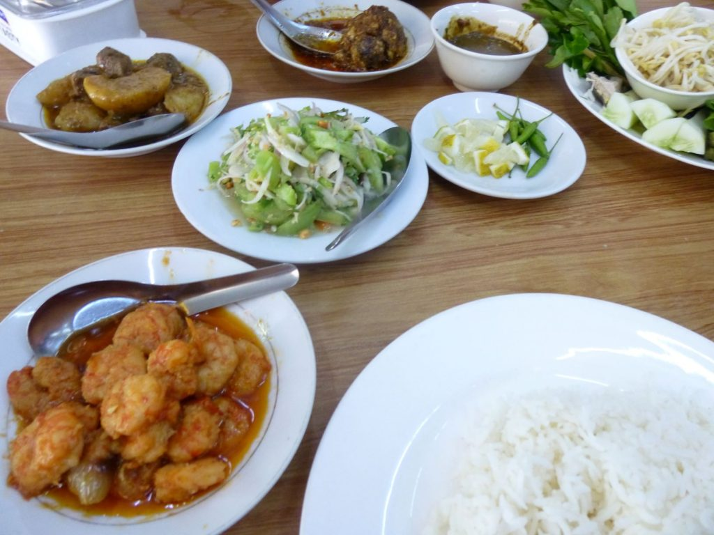 ヤンゴンのレストランでランチ
